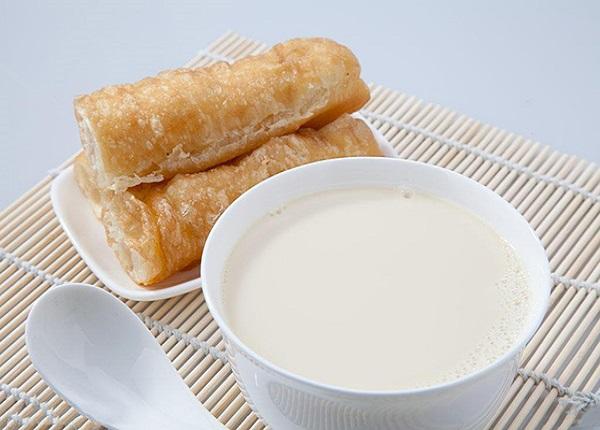 Quẩy + sữa đậu nành tuy tiện lợi nhưng có lượng chất béo vượt mức cho phép, gây khó tiêu