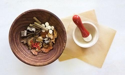 Thuốc Đông y trị mụn có thể dùng uống hoặc bôi len da mặt