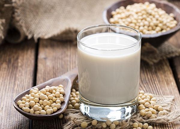 Uống sữa đậu nành không đường trước bữa ăn giúp giảm cân