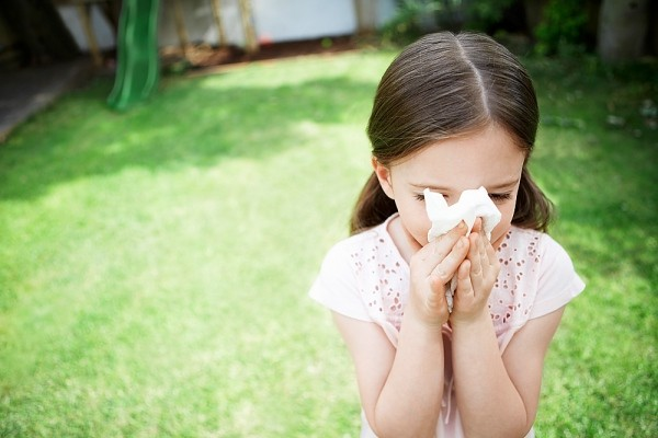 Cách chữa hắt hơi sổ mũi cho bé thời điểm giao mùa