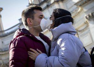 Mùa dịch Covid-19: hành động ôm hôn hay bắt tay có bị ảnh hưởng gì không?