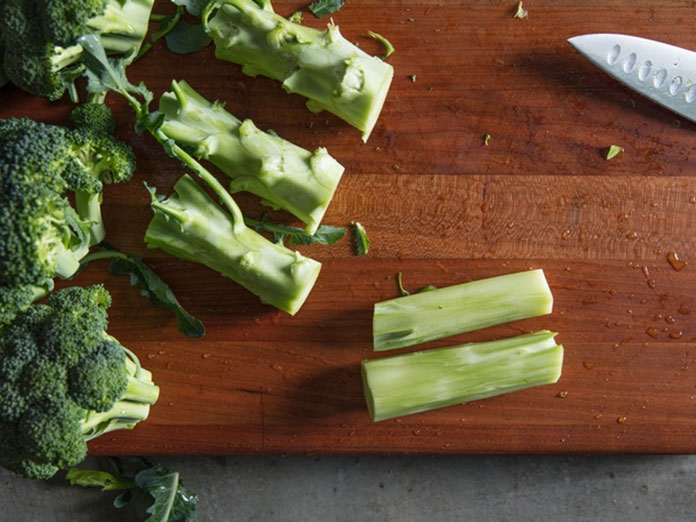 Thân bông cải xanh có thể bào mỏng để nấu canh hoặc xào